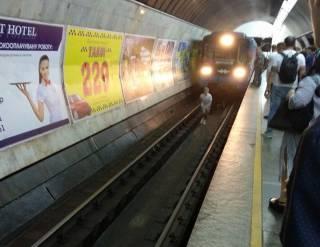 Подростки-экстремалы прыгали под колеса поезда метро в Киеве