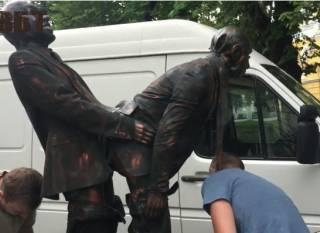 Активисты попытались пронести на «Марш равенства» неприличную скульптуру с Путиным