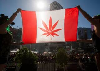 Канадцам разрешили курить травку