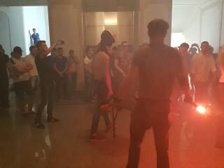 Активисты устроили погром в Харьковском горсовете. С шашками и газом