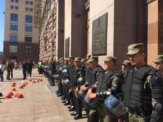 В Киевсовете случилась потасовка, а Кличко закрыл рукой рот активистке