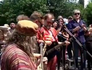 Борис Гребенщиков дал бесплатный концерт на Пейзажной аллее в Киеве. Ему пытались помешать провокаторы