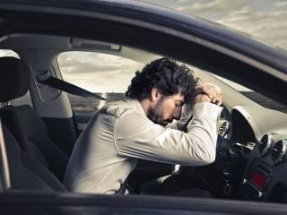 Ученые выяснили, почему водителям хочется спать за рулем. Учтут ли это автопроизводители?