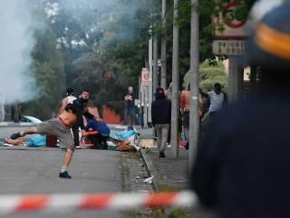 В Нанте бушуют массовые уличные беспорядки: люди поджигают автомобили, здания и полицейских