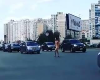 Гулявший по Киеву голый мужик позабавил соцсети (видео 18+)