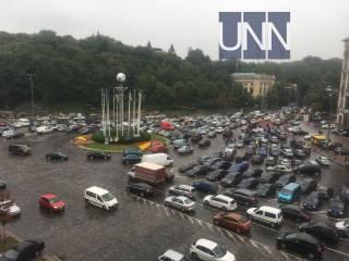 Владельцы евроблях заблокировали центр Киева и грозят перекрыть дорогу к аэропортам