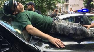 Автомобиль Пинзеника сбил двоих человек в правительственном квартале. Депутат говорит, что они сами бросились под колеса