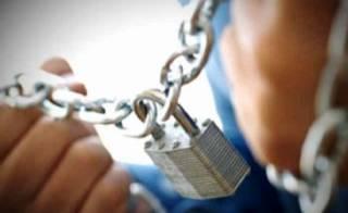 На Прикарпатье женщина регулярно заковывала в цепи своих детей и уходила