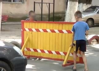 В Одессе малолетние «бизнесмены» требовали с водителей плату за проезд через свой двор