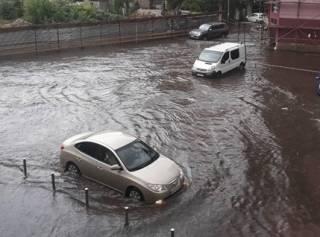 Ураган в Днепре: город затопило и засыпало градом