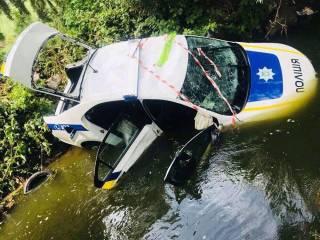 В соцсетях высмеяли полицейских, которые в погоне за мопедом упали в реку