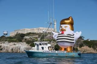 Надувной цыпленок, похожий на Трампа, был обнаружен в тюремной робе у берегов Алькатраса