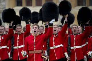 Не удержался: британский гвардеец жестко проучил назойливую туристку
