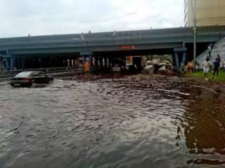 Жизнь после потопа: в Киеве пытаются откачать воду, починить мост и восстановить работу общественного транспорта