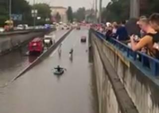 Киевлянин противостоял потопу в городе на резиновой лодке. Появилось забавное видео