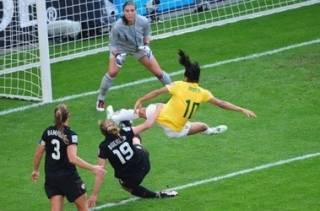 Ученые выяснили, что футбол таки вреден для женских мозгов