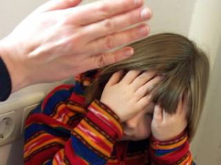На Житомирщине отец чуть не сделал инвалидом старшую дочь, защищая младшую
