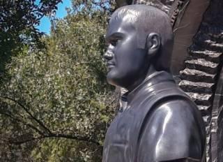 На могиле Януковича-младшего в Севастополе появился памятник с аркой и забором