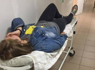 Мама жестоко избитой в Днепре девочки утверждает, что ее обидчица держит в страхе всю школу