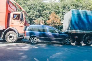 В Киеве на Телиги два грузовичка едва не раздавили легковушку