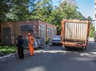 В Киеве мусоровоз оторвал руку ветерану АТО