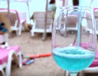 Французы подсели на вино необычного цвета