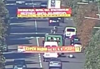В Каменском из едущей маршрутки выпала женщина. Появилось видео