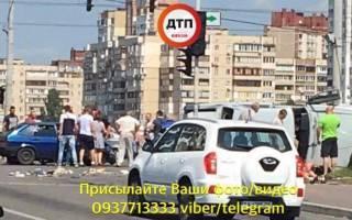 ДТП на Троещине в Киеве: «Волга» влетела в группу людей на тротуаре – есть пострадавшие