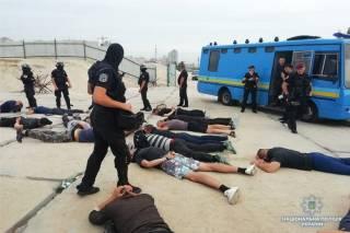 На скандальной стройке в Киеве полиция задержала около 40 вооруженных мужчин