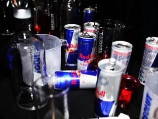 Ученые объяснили, почему нельзя смешивать алкоголь и энергетики