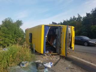 На Днепропетровщине водитель фуры уснул за рулем и перевернул заполненную маршрутку