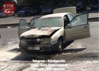 В Киеве средь бела дня загорелось авто