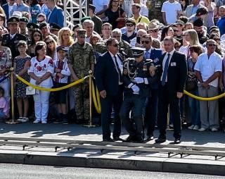 Солдату почетного караула стало плохо во время выступления Порошенко. Появилось видео
