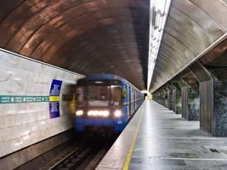 В Киеве пьяная девушка бросилась под поезд метро, но ее спасли. Появилось видео