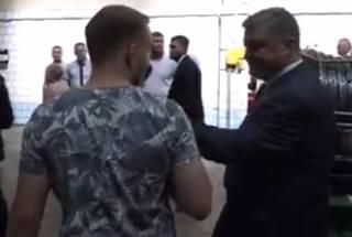 Журналист рассказал, как Порошенко «схватил» его за микрофон. Появилось видео