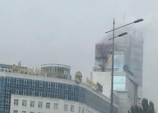 На киевской окраине вспыхнул бизнес-центр. Появилось видео