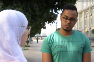 В центре Сум пару не пустили в ресторан из-за цвета кожи и мусульманского одеяния