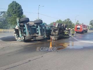 В Киеве перевернулся грузовик с асфальтом – водитель сильно пострадал