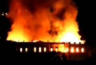 Грандиозный пожар уничтожил Национальный музей в Бразилии. Сгорел двухсотлетний «пласт истории»