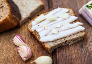 Эксперты высчитали цену классического украинского бутерброда с салом. За год он подорожал почти в полтора раза