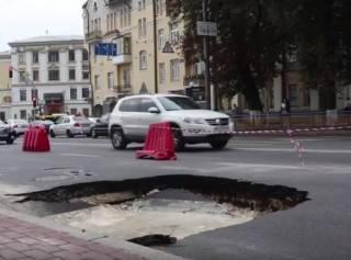 В центре Киева после масштабного провала дороги образовался «водоем»