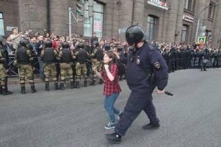 По России прокатились массовые протесты и задержания, а неадекватный Жириновский бил людей