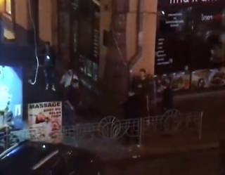 Возле элитного клуба в центре Киева стреляли и подрезали парня. Очевидцы показали видео кровавой драки
