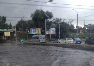 Сильный ливень затопил Запорожье. Местные жители делятся видео стихии