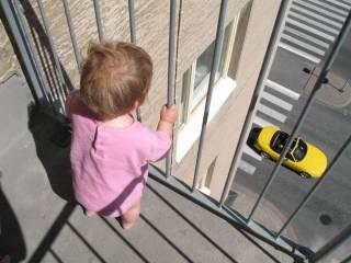 В Днепре маленькая девочка каким-то чудом выжила, сорвавшись с балкона десятого этажа
