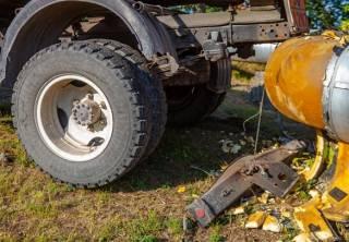В Днепре бензовоз сбил пешехода, а засмотревшийся на аварию водитель иномарки устроил ДТП