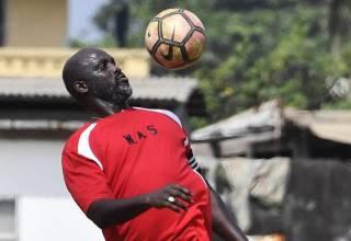 Президент Либерии неожиданно вернулся на футбольное поле