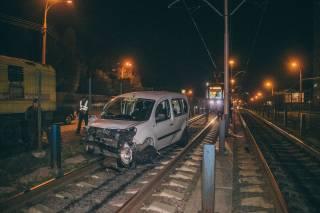 В Киеве пьяный таксист на полном ходу врезался в маршрутку и заблокировал движение трамваев