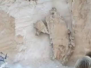 В Греции на пляж с туристами рухнула скала. Появилось видео момента обрушения