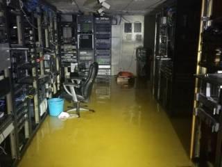 Ураган «Флоренс» вынудил телеведущего сбежать из прямого эфира. Появилось видео